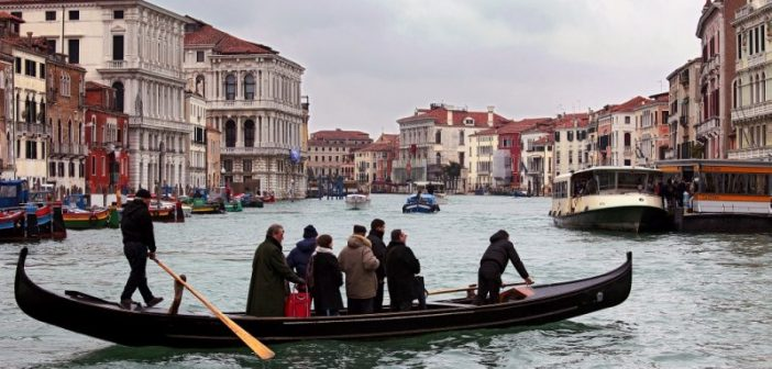 Traversée du Grand Canal de Venise avec un traghetto